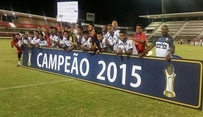 Jogadores do Leão comemoram e exibem o troféu de campeão - Foto: Divulgação l E.C. Vitória