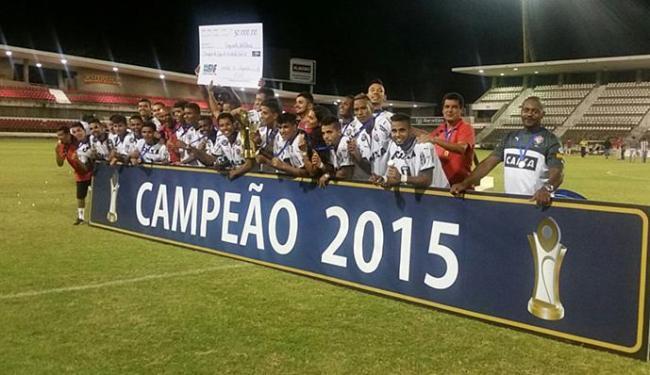 Jogadores do Leão comemoram e exibem o troféu de campeão do copa Nordeste Sub-20 - Foto: Divulgação l E.C. Vitória