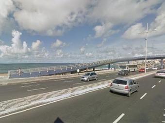 Assalto aconteceu próximo à passarela do Costa Azul - Foto: Reprodução / Google Maps