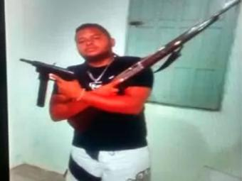Polícia encontrou imagens de Sérgio exibindo a submetralhadora - Foto: Divulgação   Polícia Civil