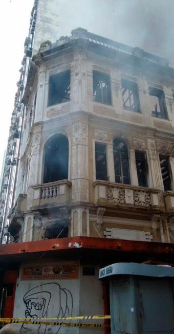 Mesmo com fogo controlado, ainda há muita fumaça saindo do imóvel - Foto: Laís Miranda | Ag. A TARDE