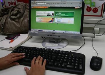 Estudante acessando o canal do ProUni na internet - Foto: Mila Cordeiro | Ag. A TARDE | 19/01/2011