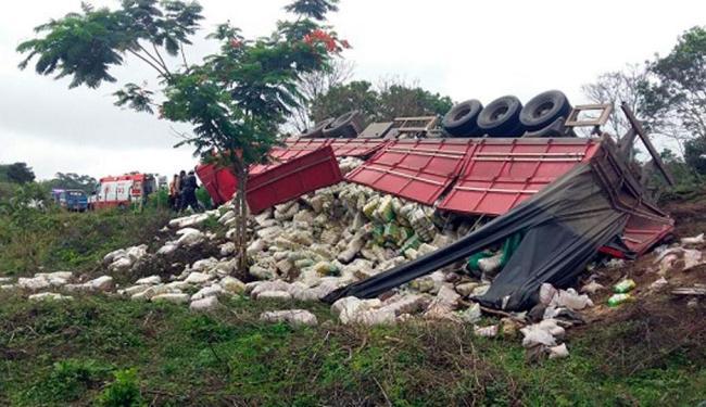 Veículo tombou à beira da estrada - Foto: Reprodução   Giro em Ipiaú