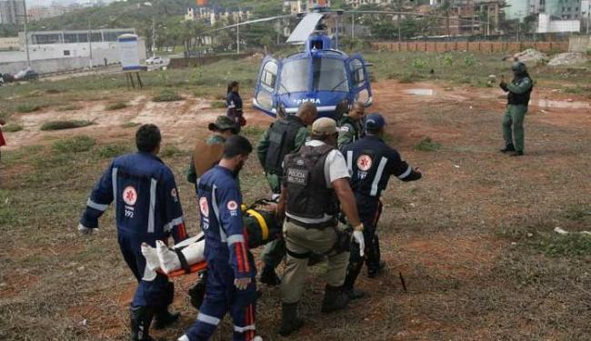 Mulher foi levada de helicóptero para o Hospital da Bahia - Foto: Margarida Neide | Ag. A TARDE