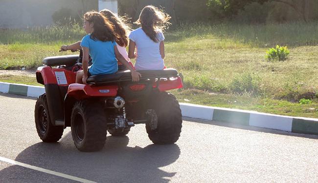 Os pais dos adolescentes foram informados sobre a resolução que regulamenta o uso do veículo - Foto: Iracema Chequer   Ag. A TARDE