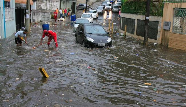 Alagamento na rua Rio Amazonas, em Brotas, atrapalha o trânsito - Foto: Adilton Venegeroles | Ag. A TARDE