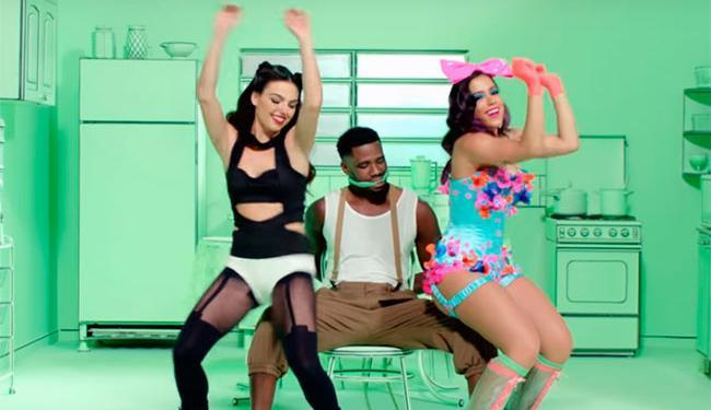 Em uma das cenas Anitta e Isis dançam para Jahma - Foto: Reprodução   Youtube