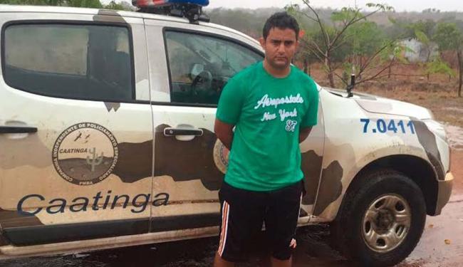 Após a prisão, o acusado foi conduzido pela equipe de policiais da delegacia da cidade para Salvador - Foto: Divulgação | Polícia Civil
