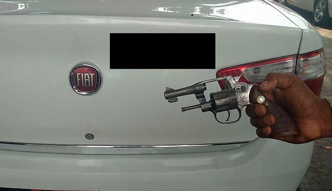 Foi apreendido um revólver calibre 32, com 4 munições, sendo 3 delas picotadas - Foto: Divulgação   Polícia Militar