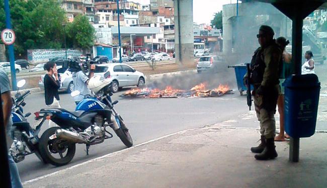 Moradores queimaram objetos e obstruíram a pista na avenida Bonocô - Foto: Cidadão Repórter | Via WhatsApp