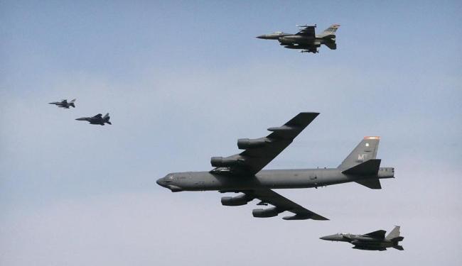 Aviões B-52 em sobrevoo por território da Coreia do Norte - Foto: Ahn Young-joon | AP Photo | 10.01.2016