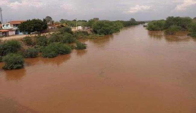 O rio Itapicuru transbordou e alagou casas e ruas do povoado - Foto: Luciana Cabral l Tribuna Araciense