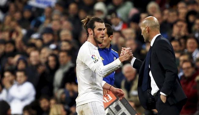 Bale cumprimenta novo treinador Zidade após um dos gols marcado na goleada do Real - Foto: Agência Reuters