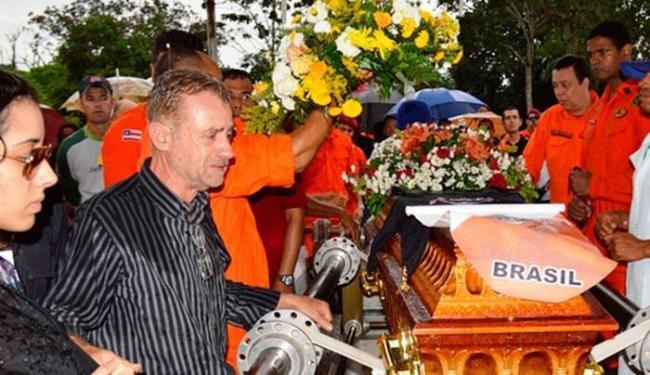 O corpo do bombeiro foi enterrado na tarde deste domingo, 24, com honras militares - Foto: Ed Santos l Acorda Cidade