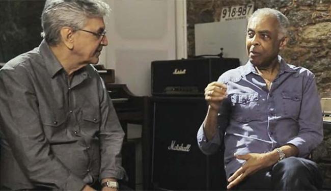 Caetano Veloso e Gilberto Gil se divertem lendo notícias como