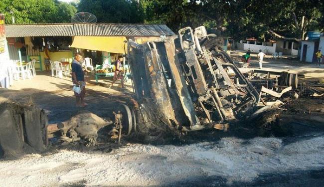 Caminhão ficou totalmente destruído após pegar fogo na beira da estrada - Foto: Site Voz da Bahia / Marcello Dial