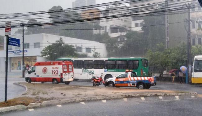 Vítima foi socorrida por uma ambulância do Samu - Foto: Jefferson Domingos   Ag. A TARDE