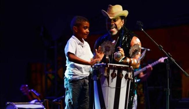Carlinhos Brown interage com as crianças no Sarau Kids - Foto: Imas Pereira   Divulgação