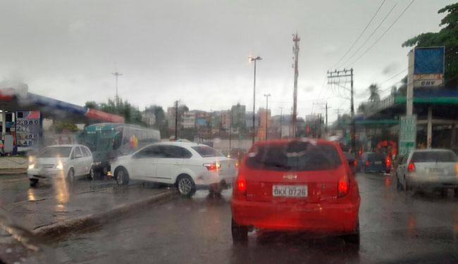 O momento foi registrado por um outro motorista que passava no local - Foto: Lucas Bernardo | Trânsito Salvador | Via Whatsapp