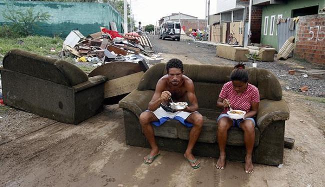 Casal Gilvan e Maria Rita Santos perdeu a casa e bens após temporal do fim de semana - Foto: Luiz Tito l Ag. A TARDE