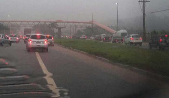 O trânsito na Avenida Paralela sentido aeroporto, está lento por conta da chuva que cai na cidade - Foto: Reprodução   Whatsapp