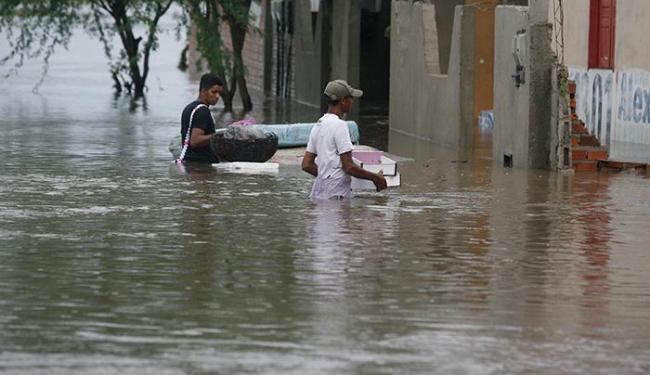 Cerca de 1,5 mil famílias estão desabrigadas por conta da chuva - Foto: Luiz Tito / Ag. A TARDE