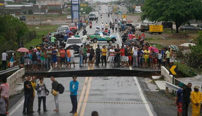 Ponte sob o Rio Verde, na entrada de Riachão do Jacuípe, cedeu por conta da chuva - Foto: Luiz Tito | Ag. A TARDE