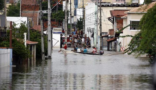 Cerca de 700 famílias estão desalojadas ou desabrigadas por conta da chuva - Foto: Luiz Tito / Ag. A Tarde