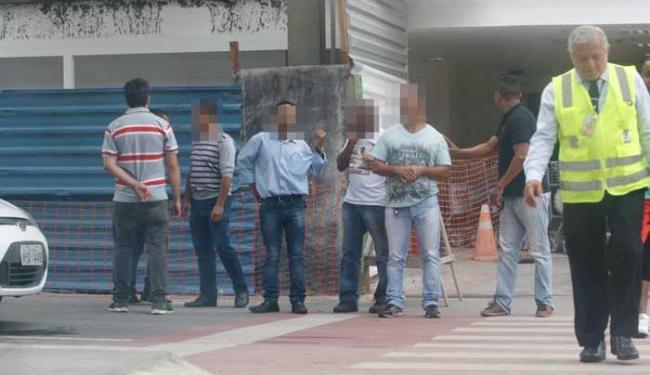 Funcionário do receptivo de táxis (D) e motoristas que oferecem corridas - Foto: Margarida Neide | Ag. A TARDE