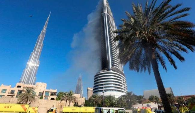 Fogo começou na quinta-feira, alastrando-se para cima pela lateral do edifício - Foto: Agência Reuters