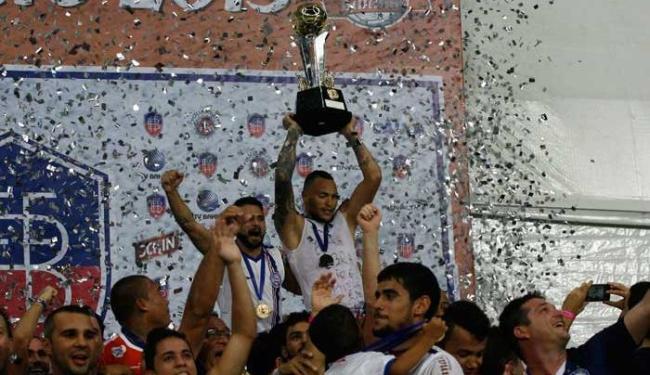 Titi ergue a Taça Antônio Vieira de campeão Baiano 2015 - Foto: Fernando Amorim   Ag. A TARDE