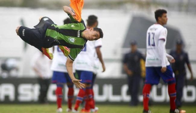Jogador do América-MG comemora com um salto acrobático a classificação da equipe - Foto: Daniel Vorley | Estadão Conteúdo