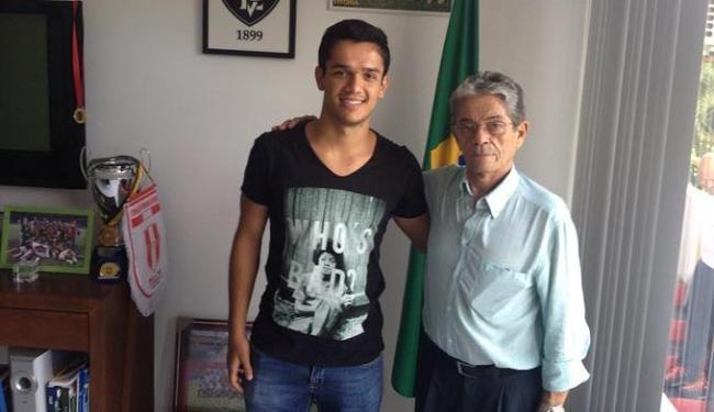 Alípio foi recepcionado pelo presidente Raimundo Viana no Barradão - Foto: Divulgação | EC Vitória