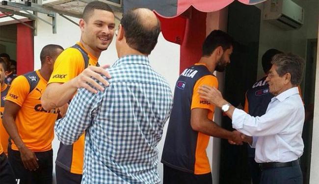 O presidente Raimundo Viana e o vice Manoel Matos recepcionaram os jogadores - Foto: Divulgação | EC Vitória