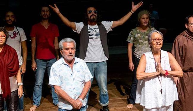 O ator Edlo Mendes (centro) vive Raul Seixas em uma das cenas da peça - Foto: Diney Araújo | Divulgação