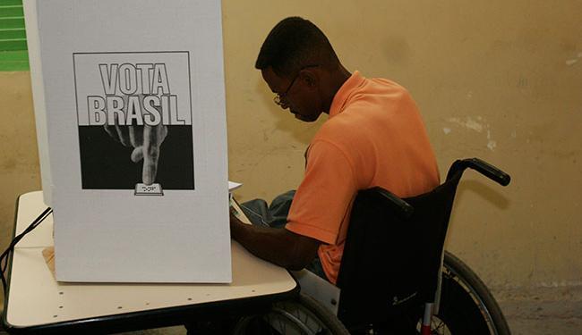 Eleitores com necessidades especiais podem pedir transferência para uma seção especial - Foto: Walter de Carvalho | Ag. A TARDE | 01/10/2006