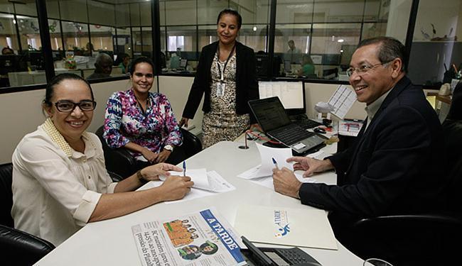 Eletice e Luiz Bernardes (A TARDE) formalizam acordo - Foto: Raul Spinassé l Ag. A TARDE