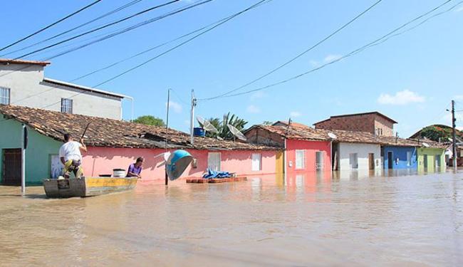 A maioria das ruas está alagada e só é possível entrar ou sair da cidade de barco - Foto: Edilson Lima l Ag. A TARDE