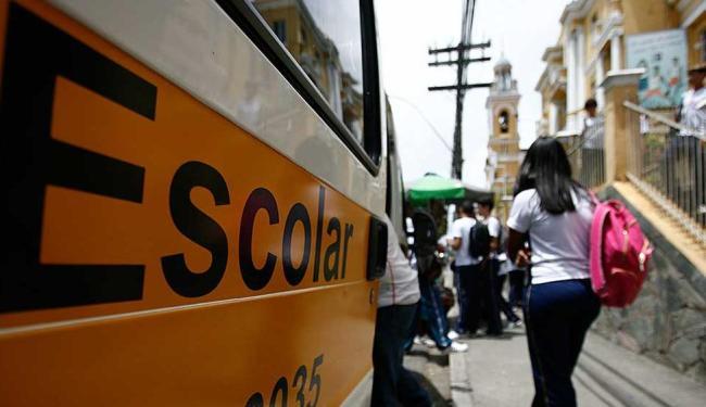 Especialistas alertam que o uso incorreto das mochilas escolares pode causar dores de coluna - Foto: Raul Spinassé | Ag. A TARDE