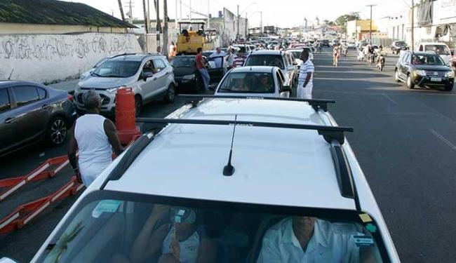 Os motoristas que trafegam pela Calçada devem ter paciência, porque a fila do Ferry causa lentidão - Foto: Fernando Amorim | Ag. A TARDE