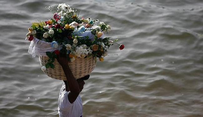 Flores são um exemplo de presente ecologicamente correto para Iemanjá - Foto: Raul Spinassé l Ag. A TARDE l 02.02.2015