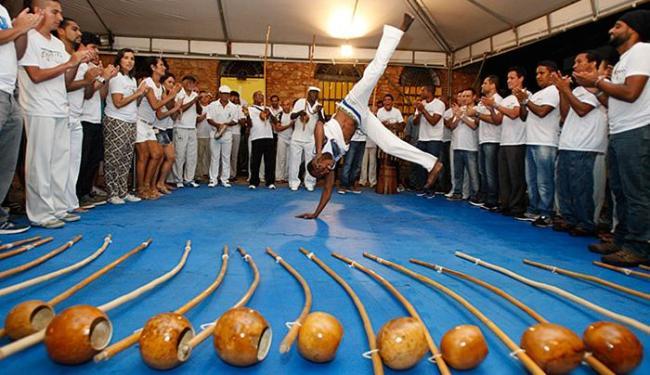 Berimbaus ao chão, capoeiristas se aquecem antes da abertura do encontro - Foto: Margarida Neide l Ag. A TARDE