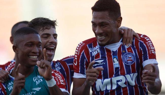 Jogador Hernane, o 'Brocador', festeja gols com o 'trá, trá, trá...', da banda A Vingadora - Foto: Lúcio Távora   Ag. A TARDE