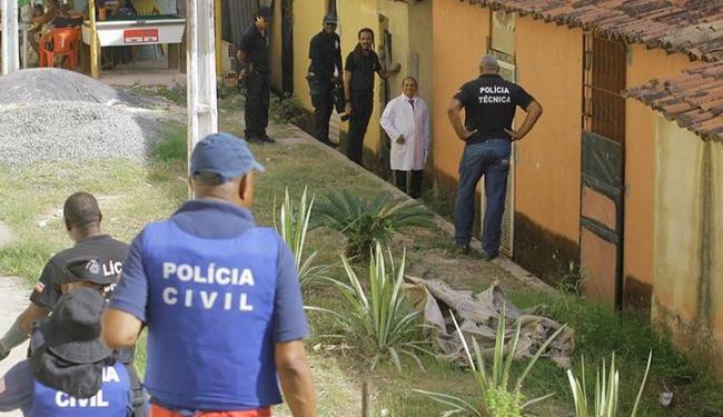 Quatro homens fugiram do local onde um homem havia acabava de ser executado - Foto: Edilson Lima | Ag. A TARDE