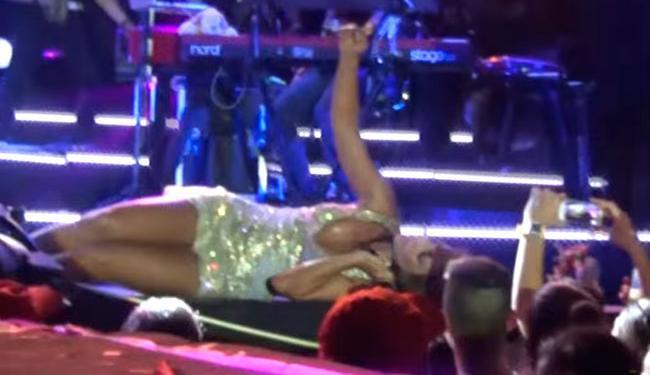 Ivete ficou bem perto do público para a foto - Foto: Reprodução | Youtube