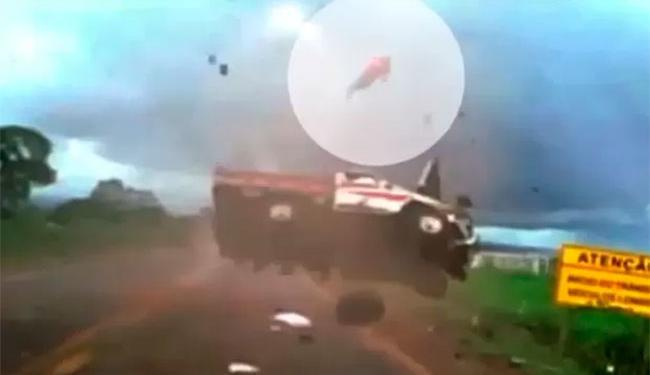 Caminhonete capotou diversas vezes e passageiro foi arremessado - Foto: Reprodução   TV Anhaguera