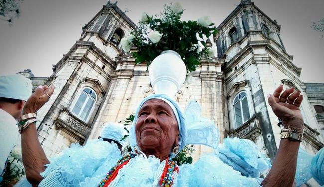 Em frente à Igreja da Conceição, baianas levam água de cheiro para a Lavagem do Senhor do Bonfim - Foto: Raul Spinassé | Ag. A TARDE