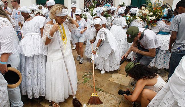 Tradição: adro da basílica foi lavado pelas baianas - Foto: Luciano da Matta l Ag. A TARDE