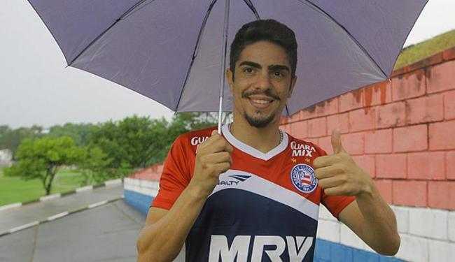 Luisinho chegou ao Fazendão embaixo da chuva que caiu na cidade nesta segunda-feira - Foto: Edilson Lima l Ag. A TARDE