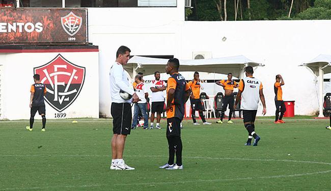 Mancini e Marinho conversam após treino no Barradão - Foto: Mila Cordeiro l Ag. A TARDE
